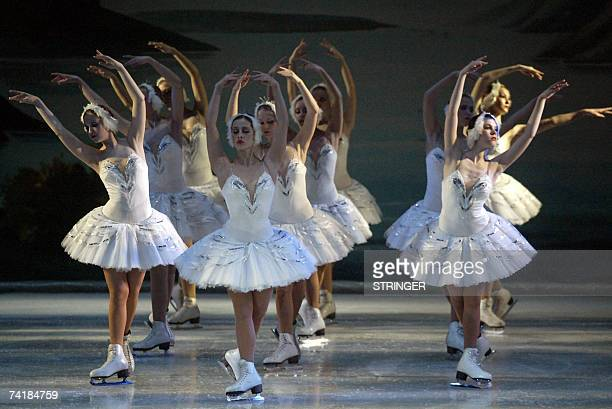 Dancers of the St Petersburg State Ice Ballet perform Tchaikovsky's 'Swan Lake' during their presentation late 17 May 2007 in Cali department of...