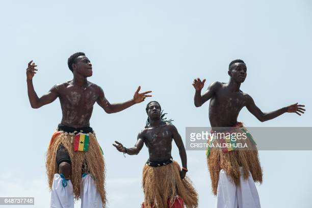 Dancers perform during the celebration of the 60 years of Independence of Ghana on March 6 2017 in Accra / AFP PHOTO / CRISTINA ALDEHUELA
