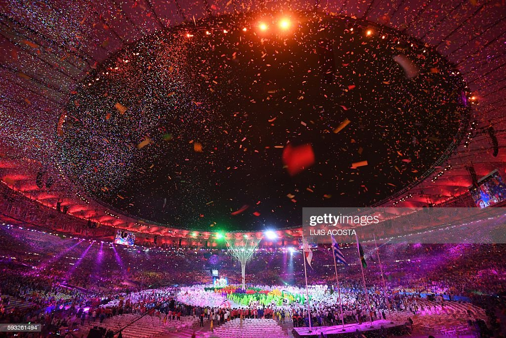 TOPSHOT - Dancers perform during the closing ceremony of the Rio 2016 Olympic Games at the Maracana stadium in Rio de Janeiro on August 21, 2016. / AFP / Luis Acosta