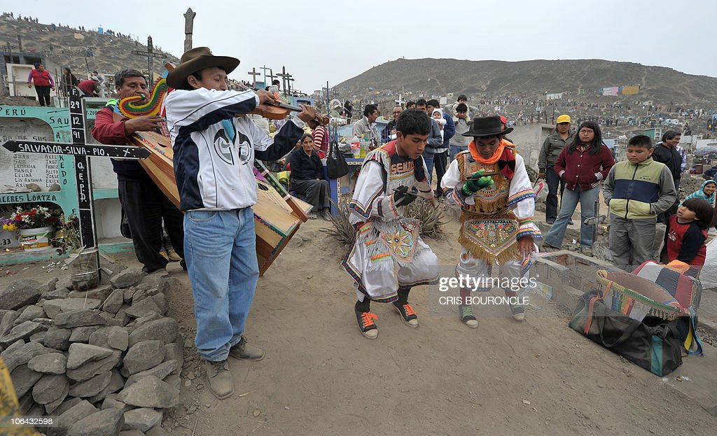 Dancers performs the typical Andean �Sci : News Photo
