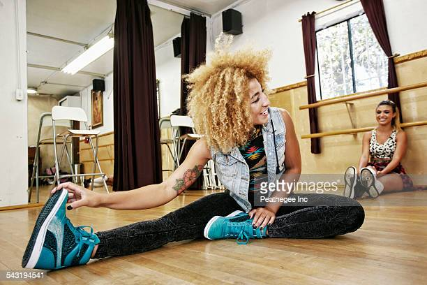 dancers stretching in studio - darstellender künstler stock-fotos und bilder
