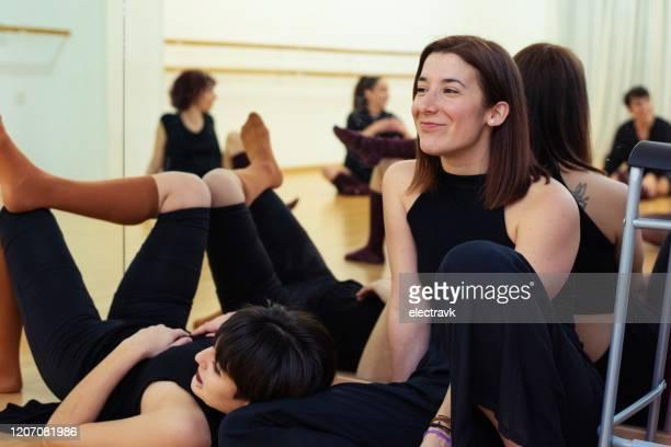 tänzer machen eine pause - tanztruppe stock-fotos und bilder