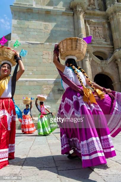 Danseurs avec des paniers au Día de los Muertos Festival à Oaxaca