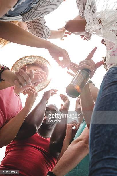 bailando en un festival de música - manos en el aire fotografías e imágenes de stock