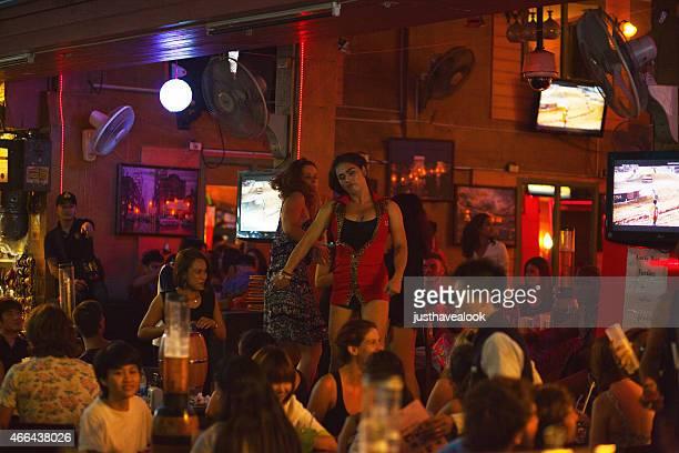 baile en el bar - kathoey fotografías e imágenes de stock