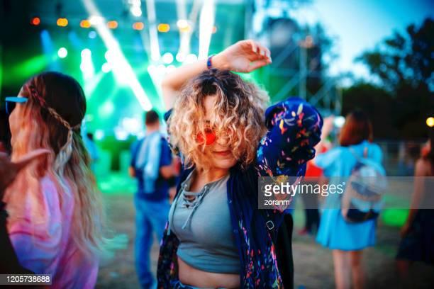 bailando en el festival de música de verano - música pop fotografías e imágenes de stock