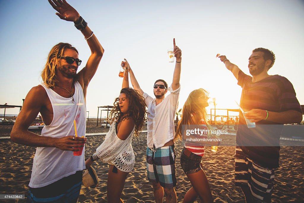 Tanzen am Strand : Stock-Foto