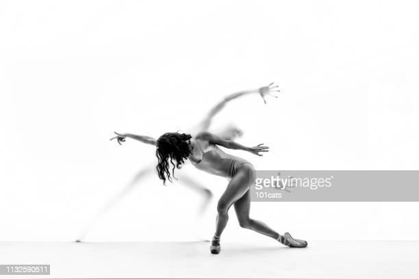 dancing ballerina front the white curtain  dancing man behind the white curtain - silhueta de corpo feminino preto e branco imagens e fotografias de stock