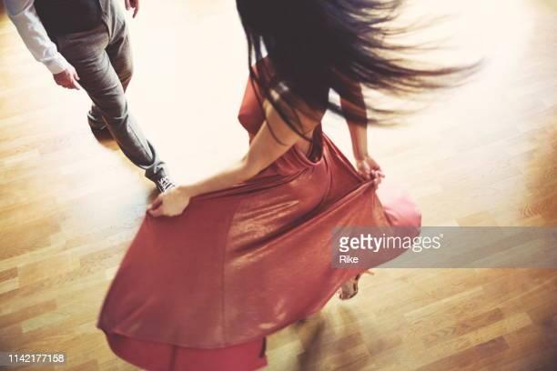 tanzpaar im hellen tanzsaal - dancing stock-fotos und bilder