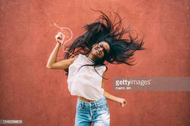 danse folle à la musique disco - gogo danseuse photos et images de collection