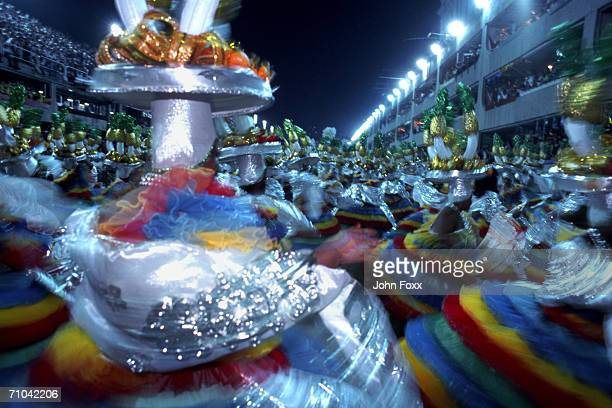 dancing crowd - karneval von rio de janeiro stock-fotos und bilder