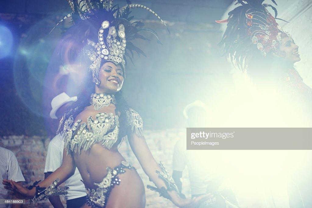 Dancing for the crowd : Bildbanksbilder