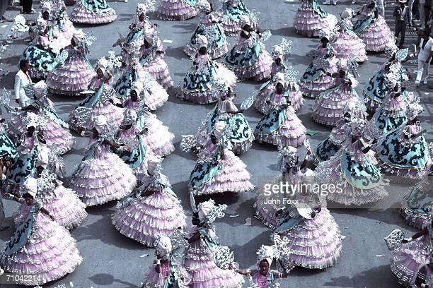 dancing group - karneval von rio de janeiro stock-fotos und bilder