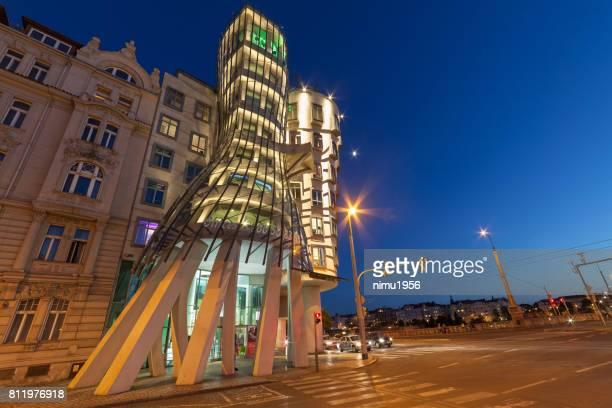 夕暮れ時にハウス (tančící dům) またはフレッドとジンジャーを踊る。プラハ。 - moderno ストックフォトと画像