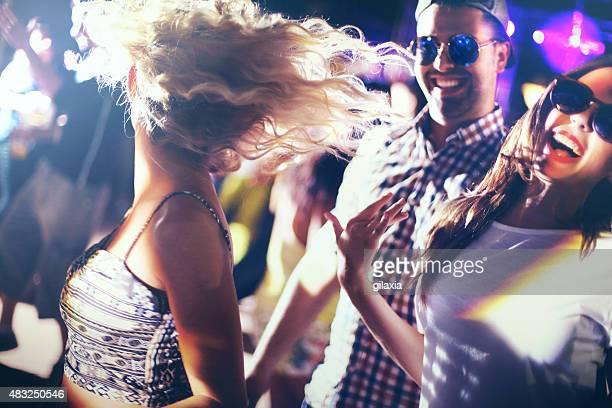 Tanzen in einem Nachtclub.