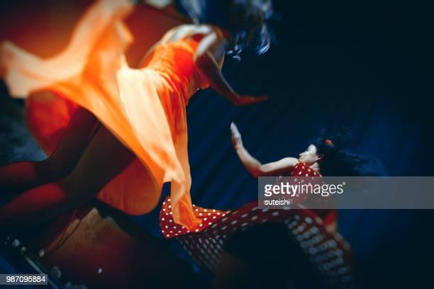 danser dans un club - rock photos et images de collection
