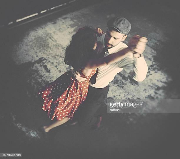 tanzen in der diskothek - ballsaal stock-fotos und bilder