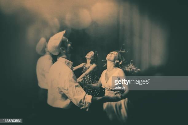 ナイトクラブで踊る - 海洋性の鳥 ストックフォトと画像