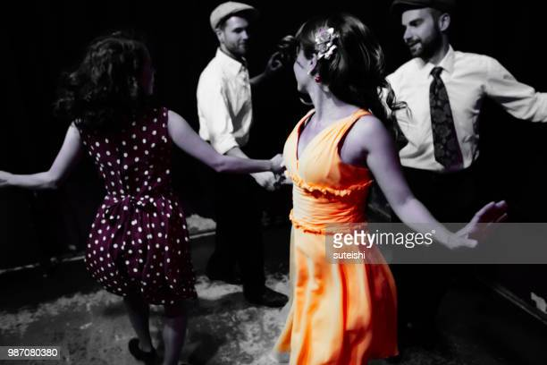 danser dans la discothèque - rock photos et images de collection