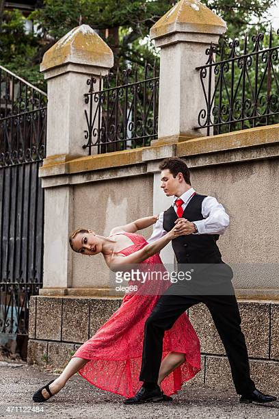 dancing in the streets - gewalt stockfoto's en -beelden