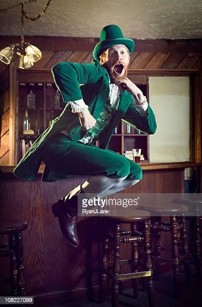 danse irlandaise caractère/lutin homme dans un pub - saint patrick photos et images de collection