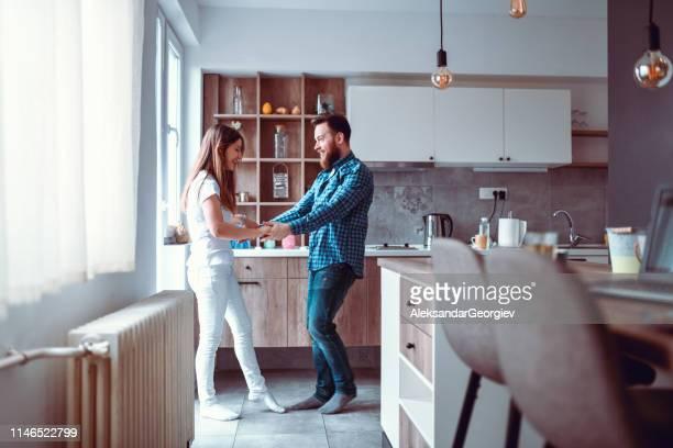 tanzende lehren mit boyfriend - heizung stock-fotos und bilder