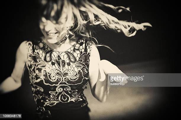 soirée dansante sur la scène - scène urbaine photos et images de collection