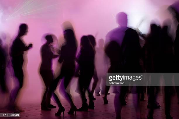 Danse de gens en boîte de nuit