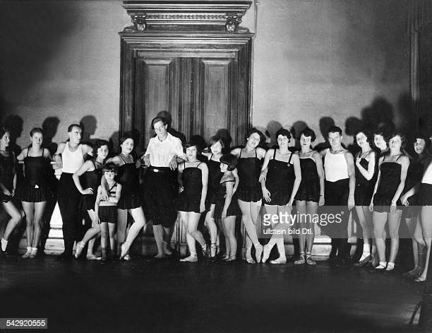 Dancing schools Group picture of the members of the Dancing School Gsovsky in Berlin 1929 Photographer James E Abbe Vintage property of ullstein bild