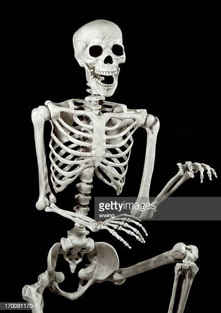 Squelette de danse sur fond noir.