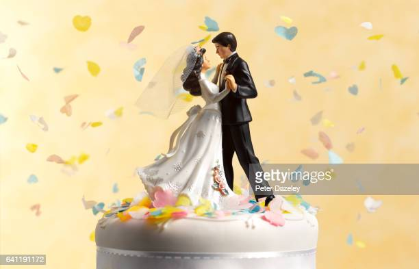 dancing wedding cake figurines - newlywed stock pictures, royalty-free photos & images
