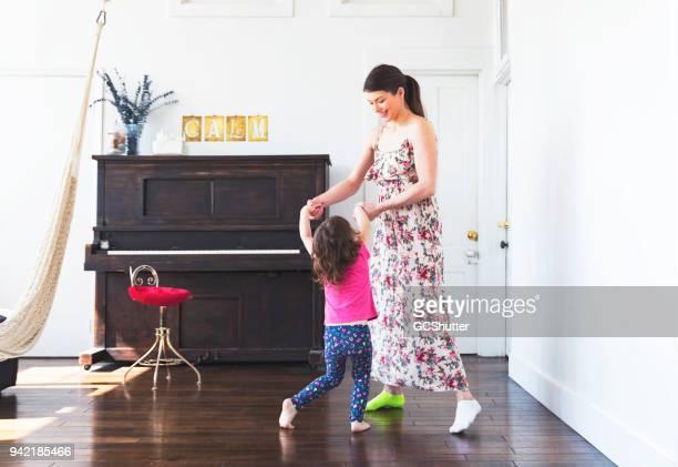 dansen met je dochter - gewalt stockfoto's en -beelden