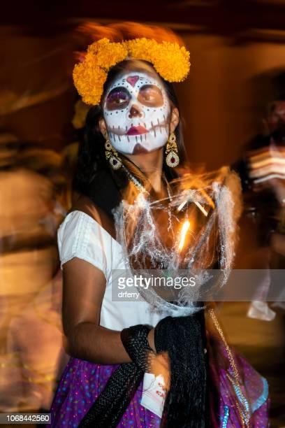 Femme danse avec oeillets d'Inde à la del Día de los Muertos à Oaxaca