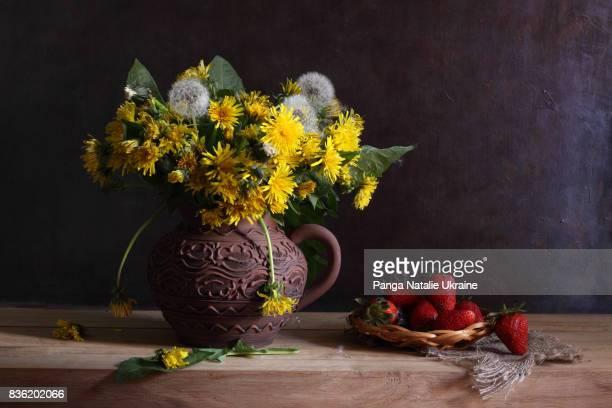 dandelions and strawberries - feuille de pissenlit photos et images de collection