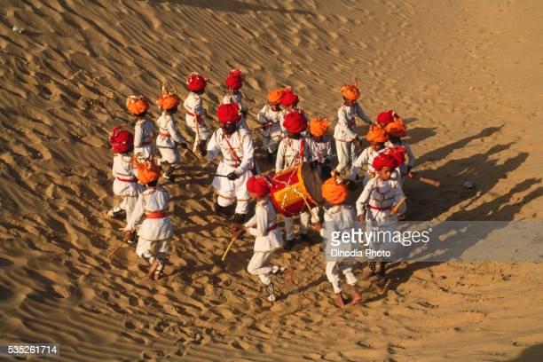 dandiya dance in meru mela, rajasthan, india. - meru filme stock-fotos und bilder