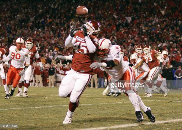 Dane Zaslaw of the Oklahoma Sooners runs to make the reception against Bryan Wilson of the Nebraska Cornhuskers during the 2006 Dr Pepper Big 12...