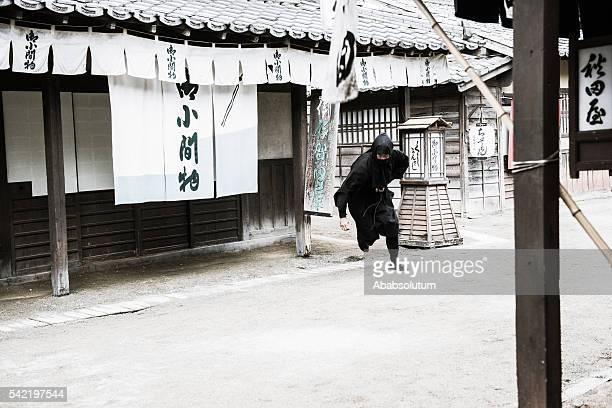 peligroso ninja corriendo en la ciudad antigua, período edo, kyoto, japón - ninja fotografías e imágenes de stock