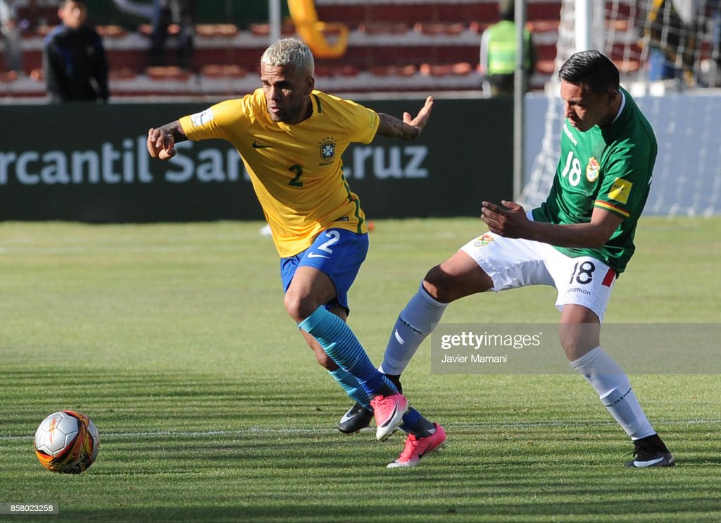 Dani Alves of Brazil competes for the ball with Eduardo Fierro of Bolivia during a match between Bolivia and Brazil as part of FIFA 2018 World Cup Qualifiers at Hernando Siles Stadium on October 05, 2017 in La Paz, Bolivia.