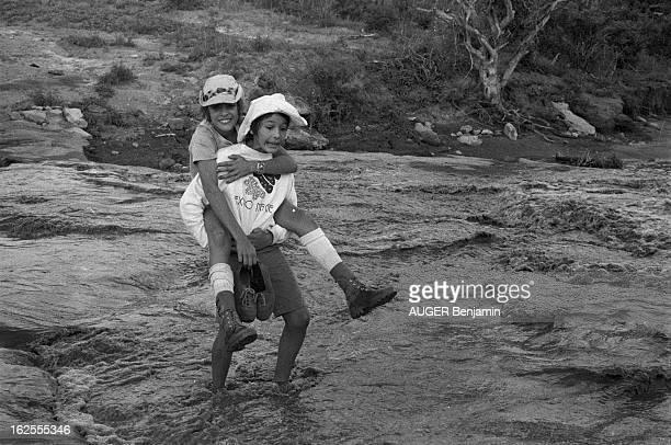 Dani And Nathalie Delon On Holiday In Kenya Paru Pm 1443 Réserve de Tsavo janvier 1977 la chanteuse DANI et son amie Nathalie DELON en vacances au...
