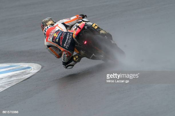 Dani Pedrosa of Spain and Repsol Honda Team rounds the bend during the MotoGP race during the MotoGP of Japan Race at Twin Ring Motegi on October 15...