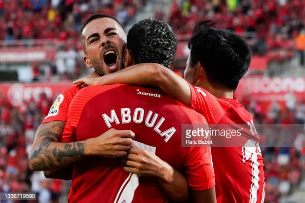 Dani Rodrigez of RCD Mallorca celebrates with his team mates after scoring his team's first goal during the La Liga Santander match between RCD...