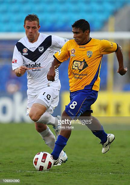 Daniel Allsopp of Victory and Anderson Alves Da Silva of United compete for the ball during the ALeague 2nd Elimination Final match between Gold...