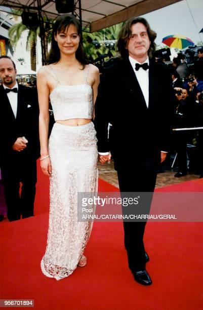 Daniel Auteuil et Marianne Denicourt main dans la main au Festival de Cannes en mai 1997 France