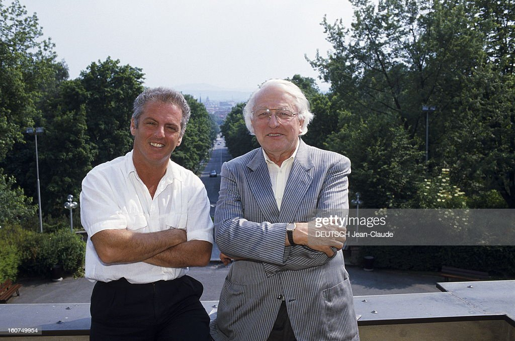 Daniel Barenboim Conducts The Tetralogy In Bayreuth. Daniel BARENBOIM avec Wolfgang WAGNER, petit-fils de Richard Wagner, sur la terrasse du Festspielhaus à Bayreuth. Juillet 1988.