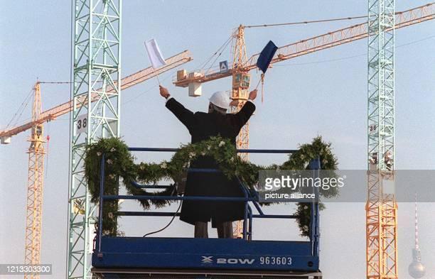 Daniel Barenboim der den Taktstock mit einer weißen und einer blauen Fahne vertauscht hat dirigiert am beim Richtfest auf Europas größter...