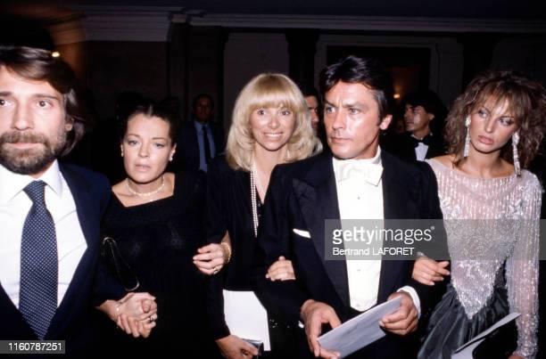 Daniel Biasini Romy Schneider Mireille Darc Alain Delon et Dalila Di Lazzaro lors d'une soirée à Paris en France circa 1980