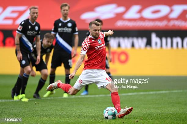 Daniel Brosinski of 1. FSV Mainz 05 scores their side's first goal from the penalty spot during the Bundesliga match between 1. FSV Mainz 05 and DSC...