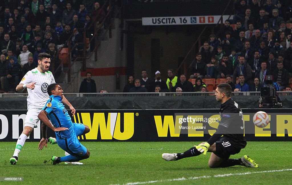 Daniel Caligiuri (L) of VfL Wolfsburg scores the opening goal during the UEFA Europa League Round of 16 match between FC Internazionale Milano and VfL Wolfsburg at Stadio Giuseppe Meazza on March 19, 2015 in Milan, Italy.