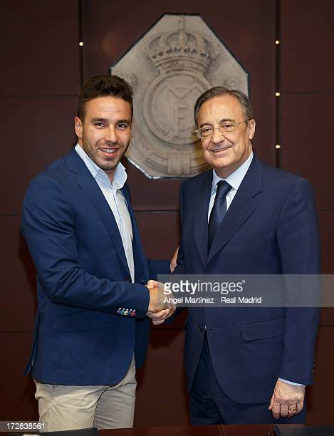 ¿Cuánto mide Eden Hazard? - Altura y peso - Real height and weight - Página 5 Daniel-carvajal-shakes-hands-with-real-madrids-president-florentino-picture-id172838561?s=612x612