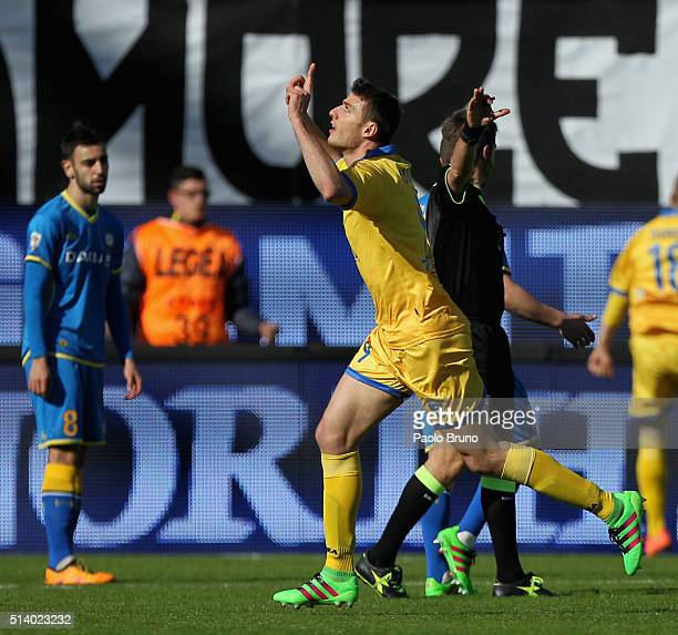 Daniel Ciofani of Frosinone Calcio celebrates after scoring the opening goal during the Serie A match between Frosinone Calcio and Udinese Calcio at...